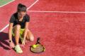 Tenisistka poprawiająca obuwie i skarpetki